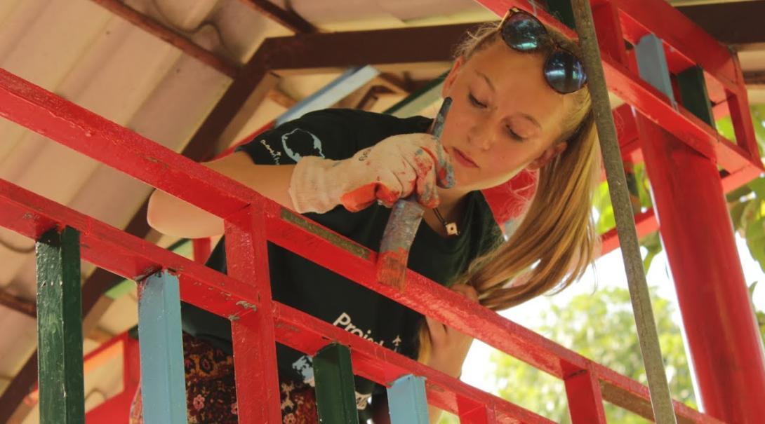Pintar aulas es parte importante de nuestro voluntariado social para jóvenes en Camboya.